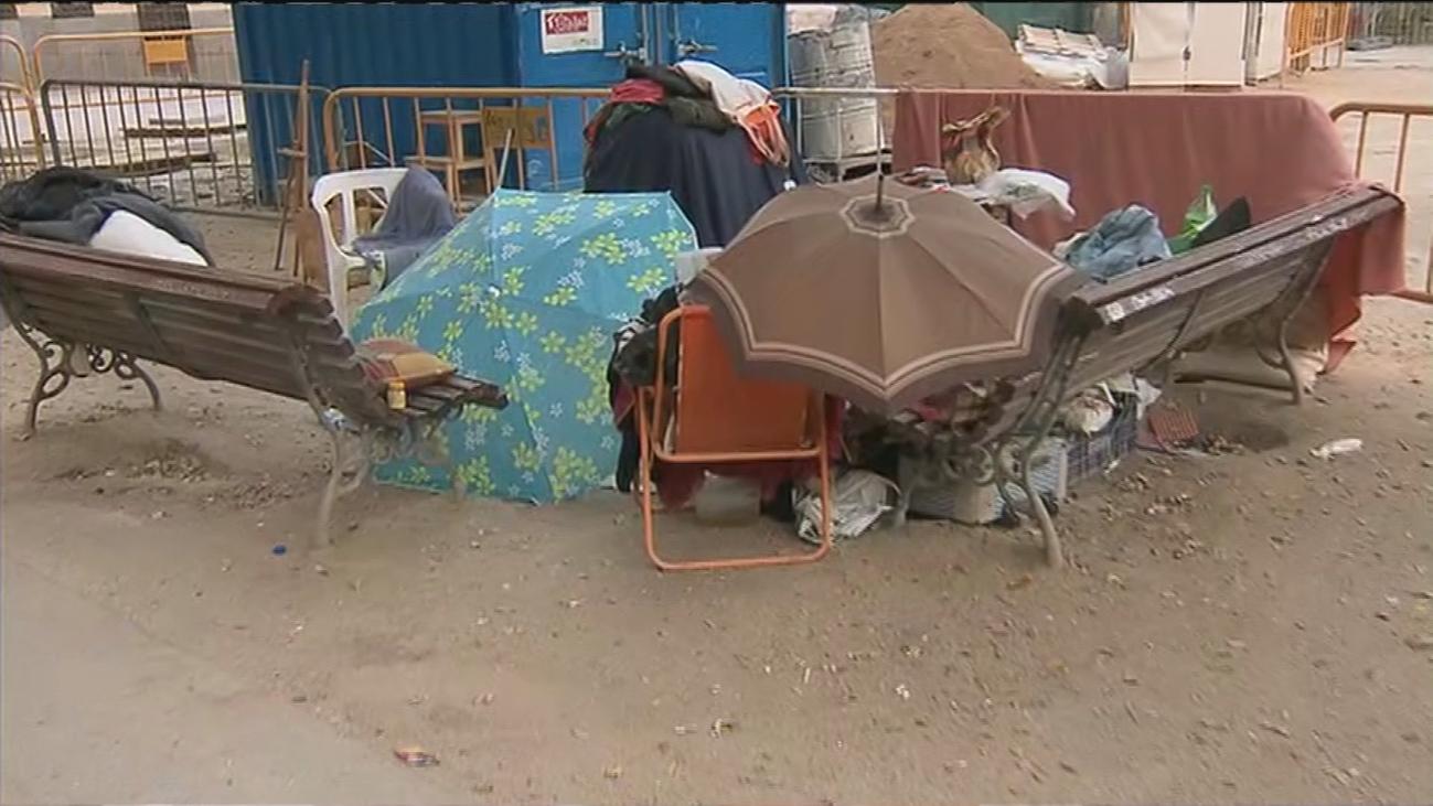 Suciedad, orines, hasta un campamento... Así está la Plaza Dos de Mayo