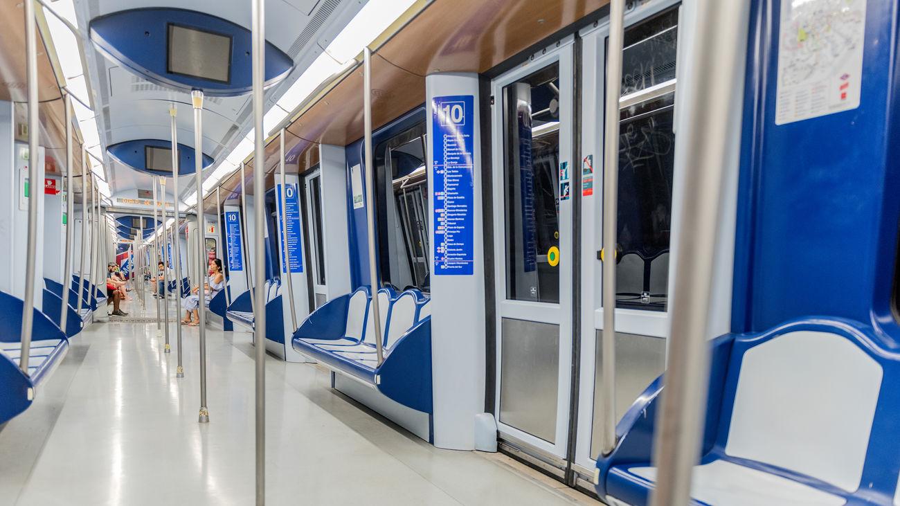 Interior de un vagón de Metro de Madrid en la línea 10
