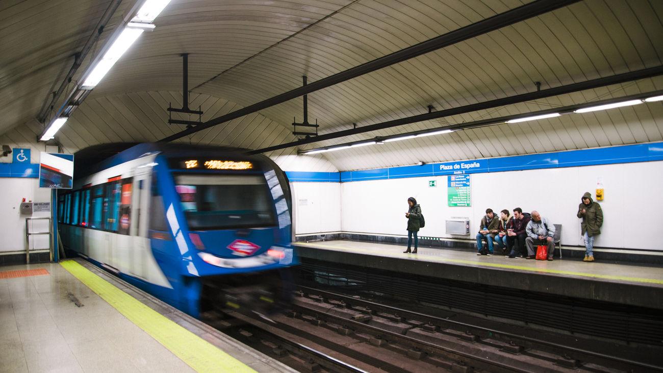 Un tren de metro entra en una estación