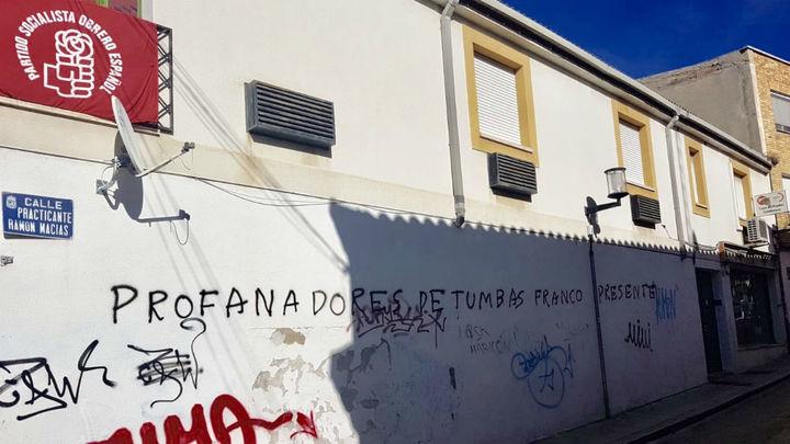 La sede del PSOE en Valdemoro aparece con las pintadas 'profanadores de tumbas'