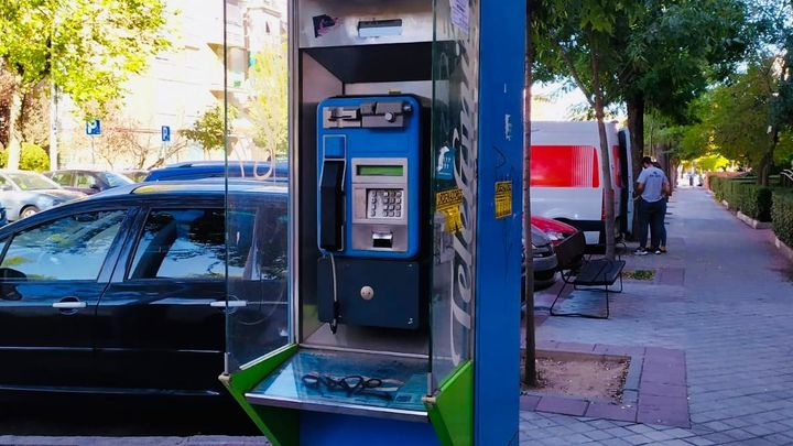 Fuenlabrada retira todas las cabinas telefónicas de la vía pública