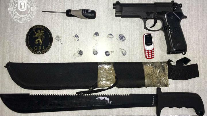 Dos menores detenidos en Arganzuela con machetes y una pistola simulada