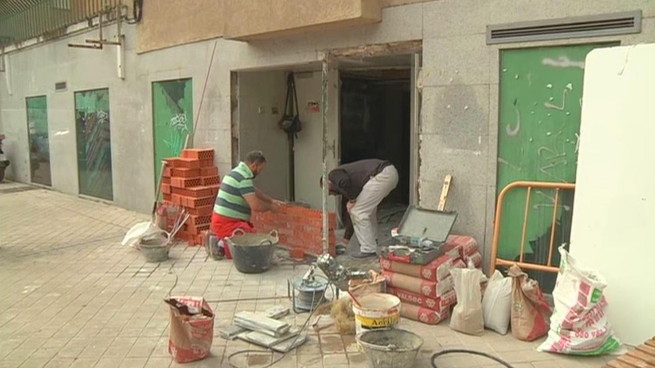 Vecinos de San Blas tapian una sucursal 'okupada'