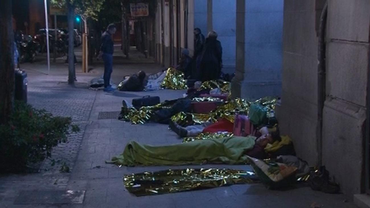 Familias con hijos menores hacen noche a las puertas del Samur Social para pedir ayuda