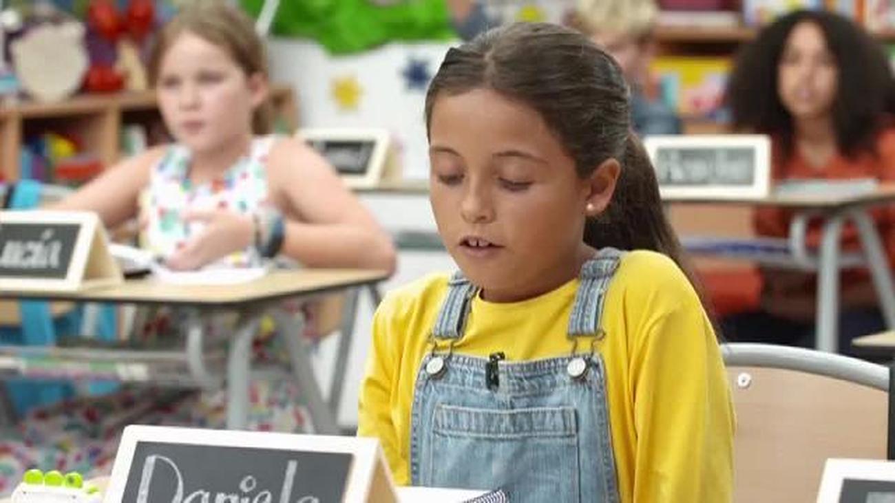 Vicky explica a los niños qué es el cambio de muleta en el toreo
