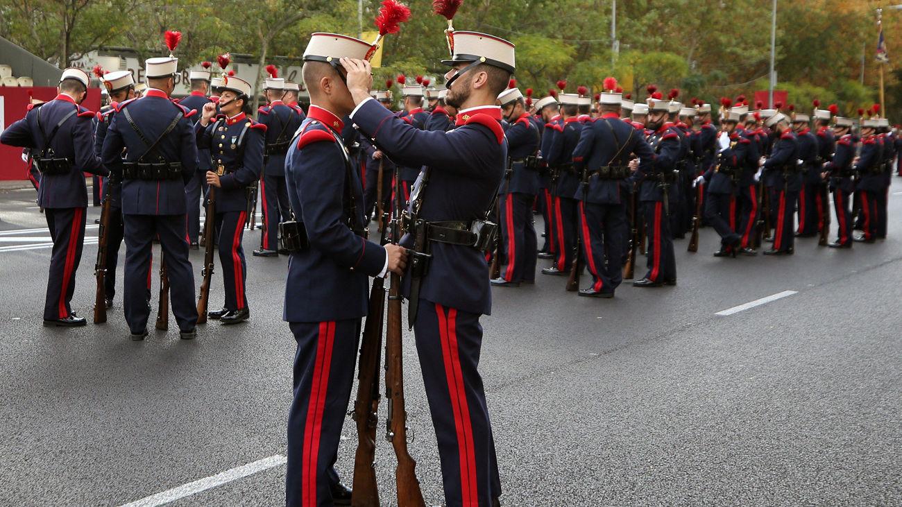 Soldados de la Guardia Real en el madrileño Paseo de la Castellana, lugar en el que se va a celebrar el desfile de la Fiesta Nacional