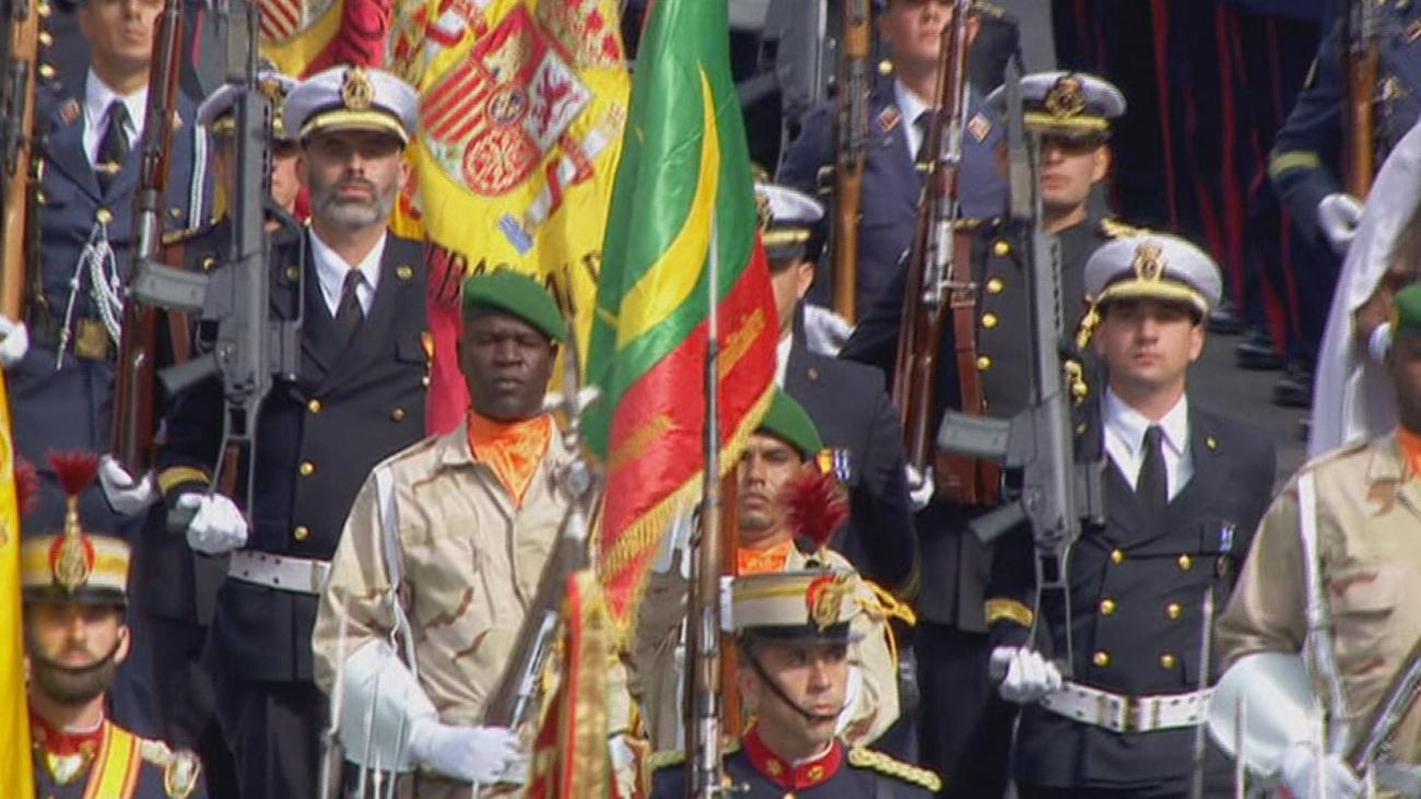 Los reyes presiden el desfile marcado por el accidente de un paracaidista