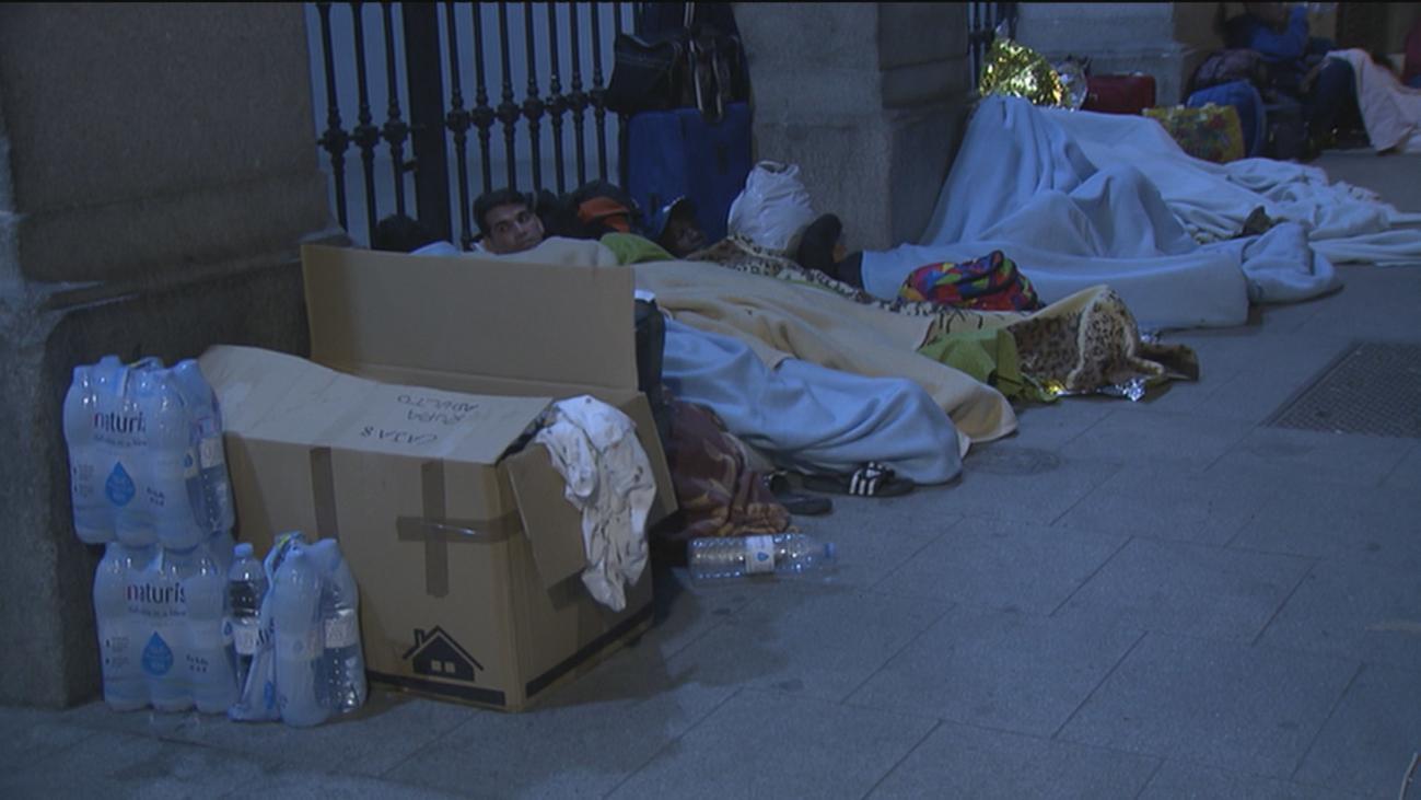 'Sin techo' vuelven a pernoctar frente a la sede del Samur Social en busca de ayuda