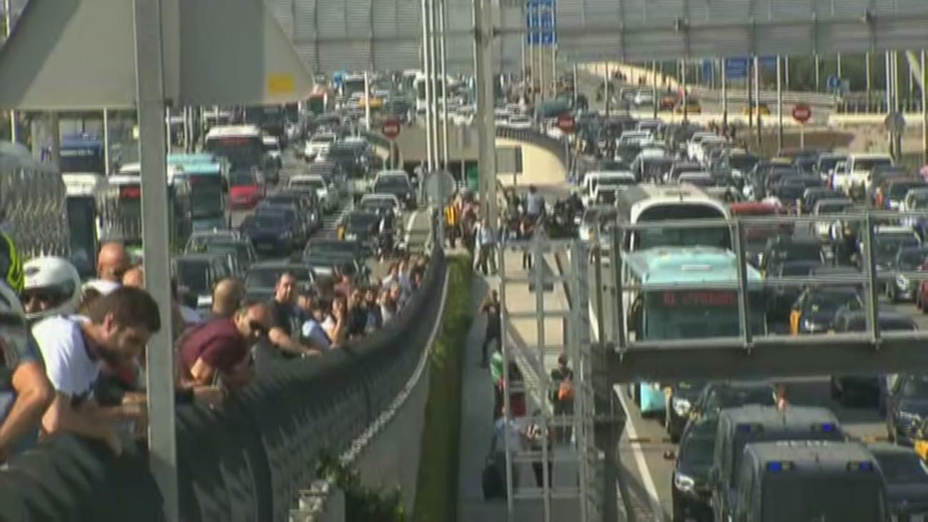 Independentistas colapsan los accesos al aeropuerto de El Prat