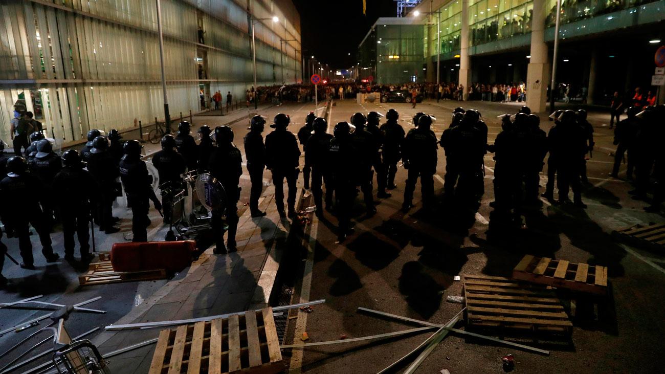 Las protestas por la sentencia del 'procés' dejan 131 heridos, 3 detenidos y 110 vuelos cancelados