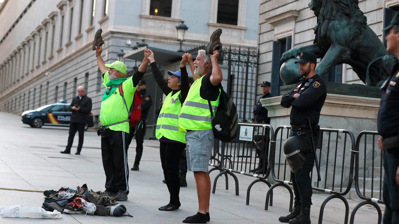 Los pensionistas arrojan sus zapatillas a las puertas del Congreso de los Diputados