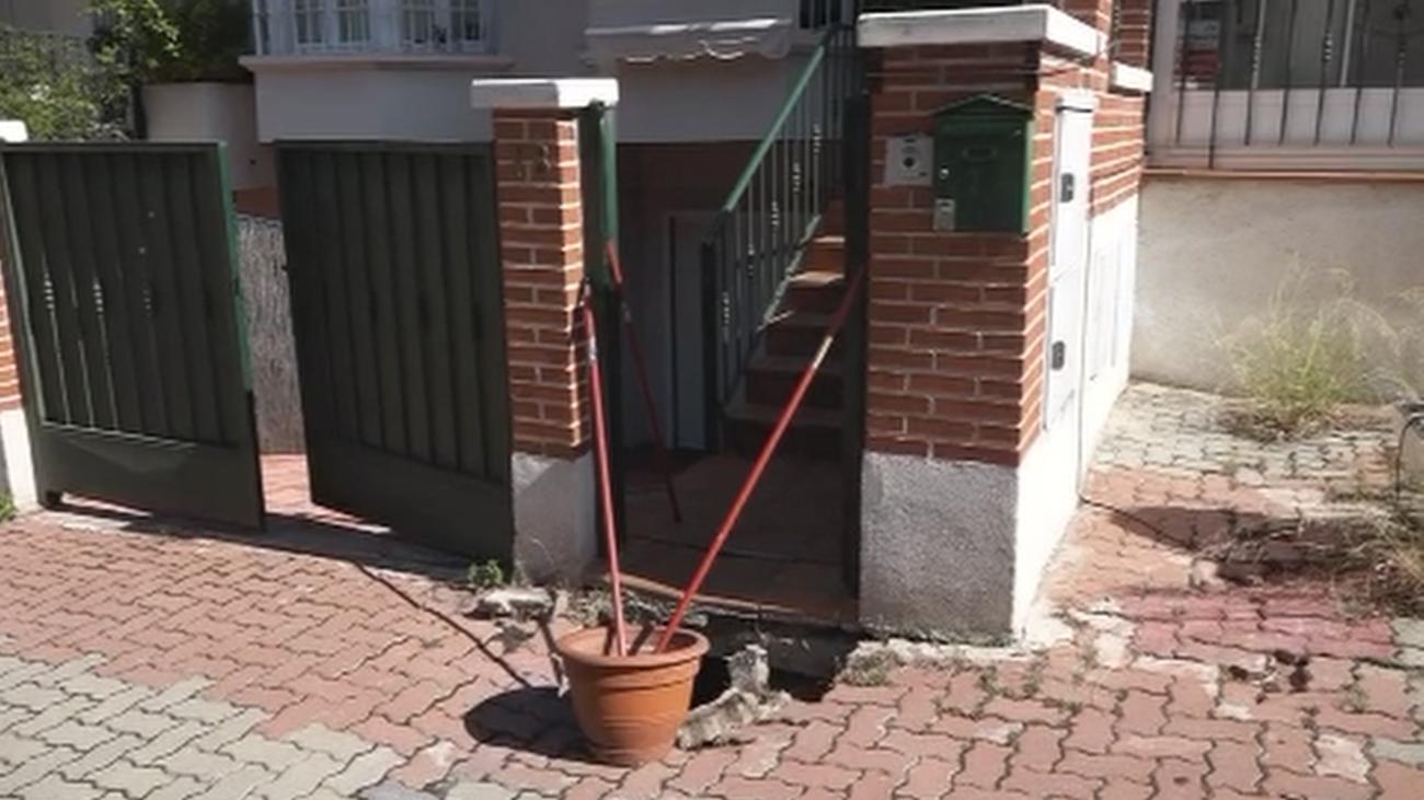 Un vecino de Aravaca vive con un peligroso socavón en la puerta de su casa