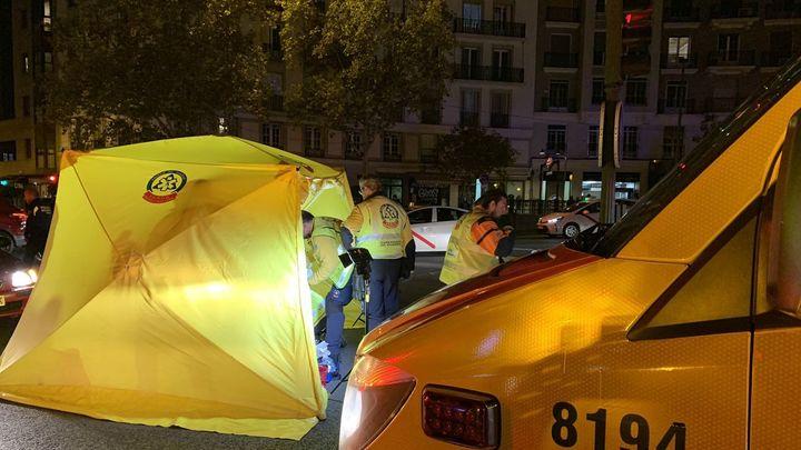 Un ciclista herido grave al chocar contra un coche en la Glorieta Ruíz Jiménez