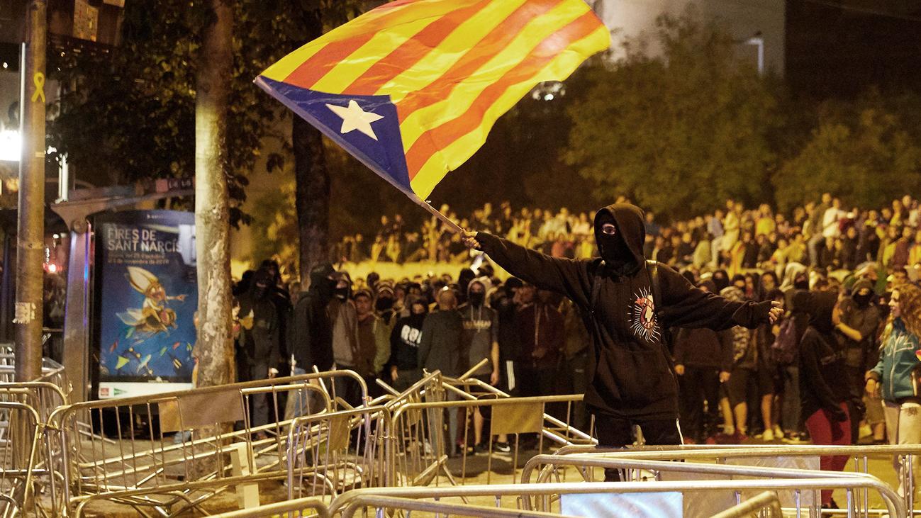 Los grupos de la Asamblea muestran su solidaridad con los cámaras de Telemadrid heridos en Cataluña