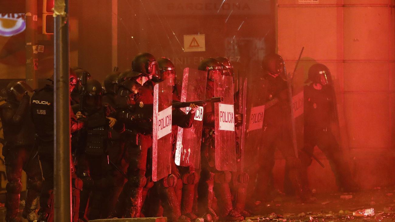 Duros momentos de tensión entre la policía y los manifestantes violentos en Barcelona