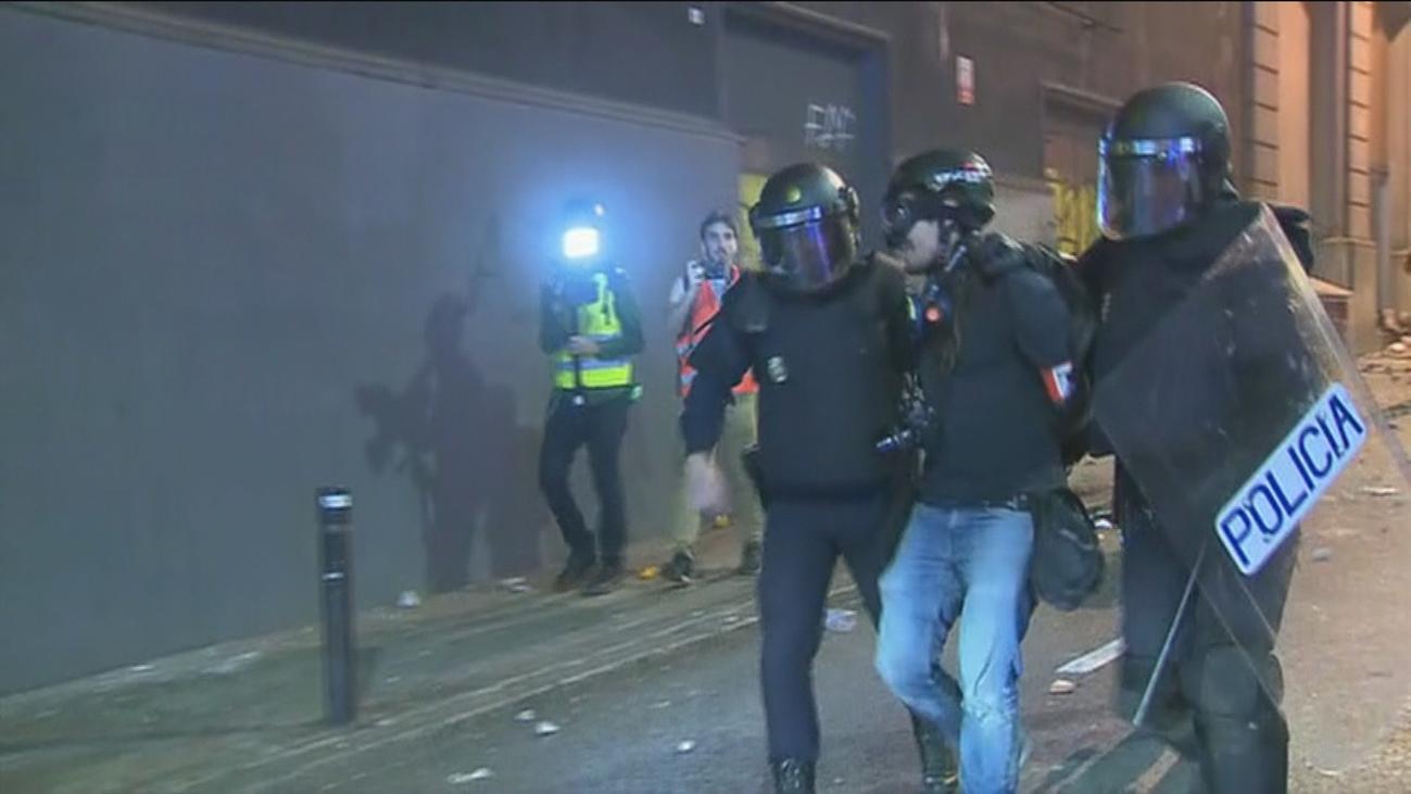 Un periodista de El País es detenido en Barcelona ante las cámaras de Telemadrid
