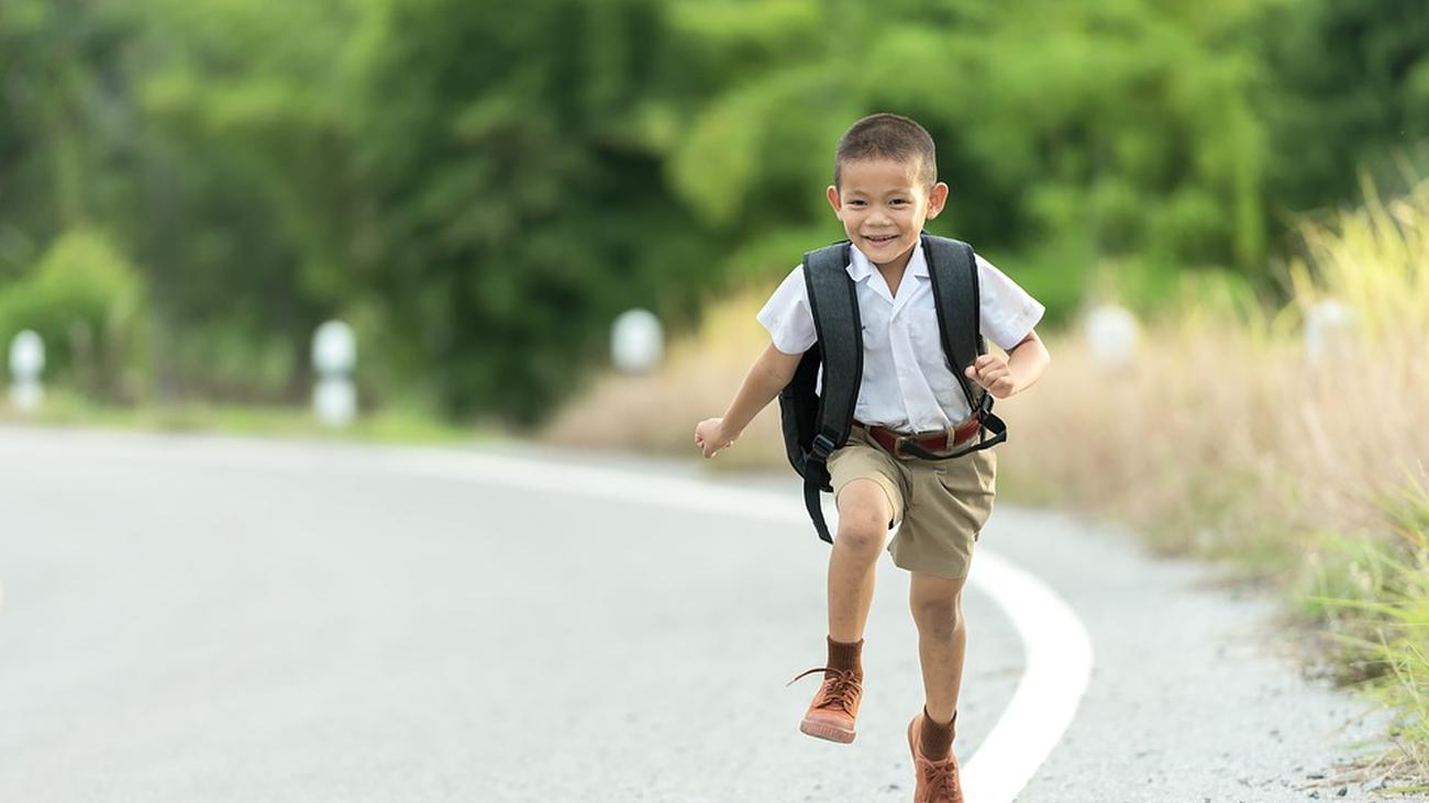 Ir al colegio andando ayuda a prevenir la obesidad