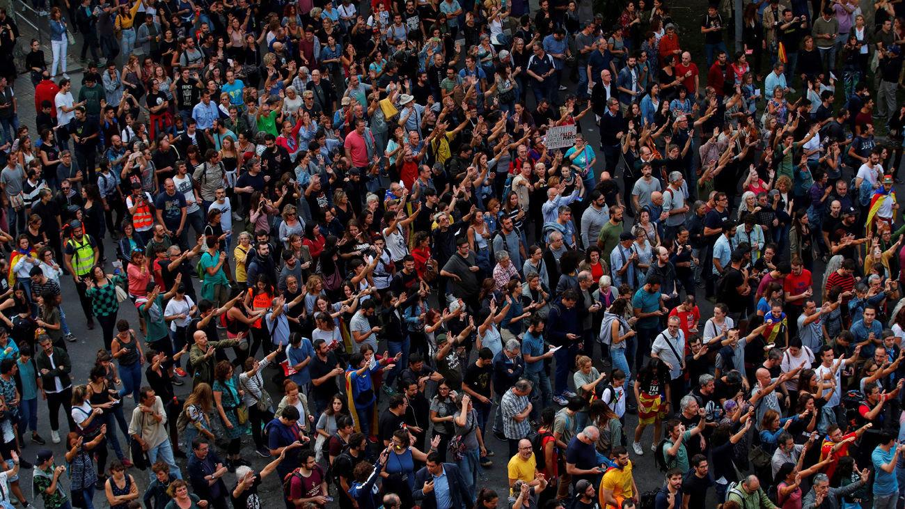 Miles de personas se concentran en la plaza de Urquinaona en una nueva protesta convocada por los autodenominados Comités de Defensa de la República
