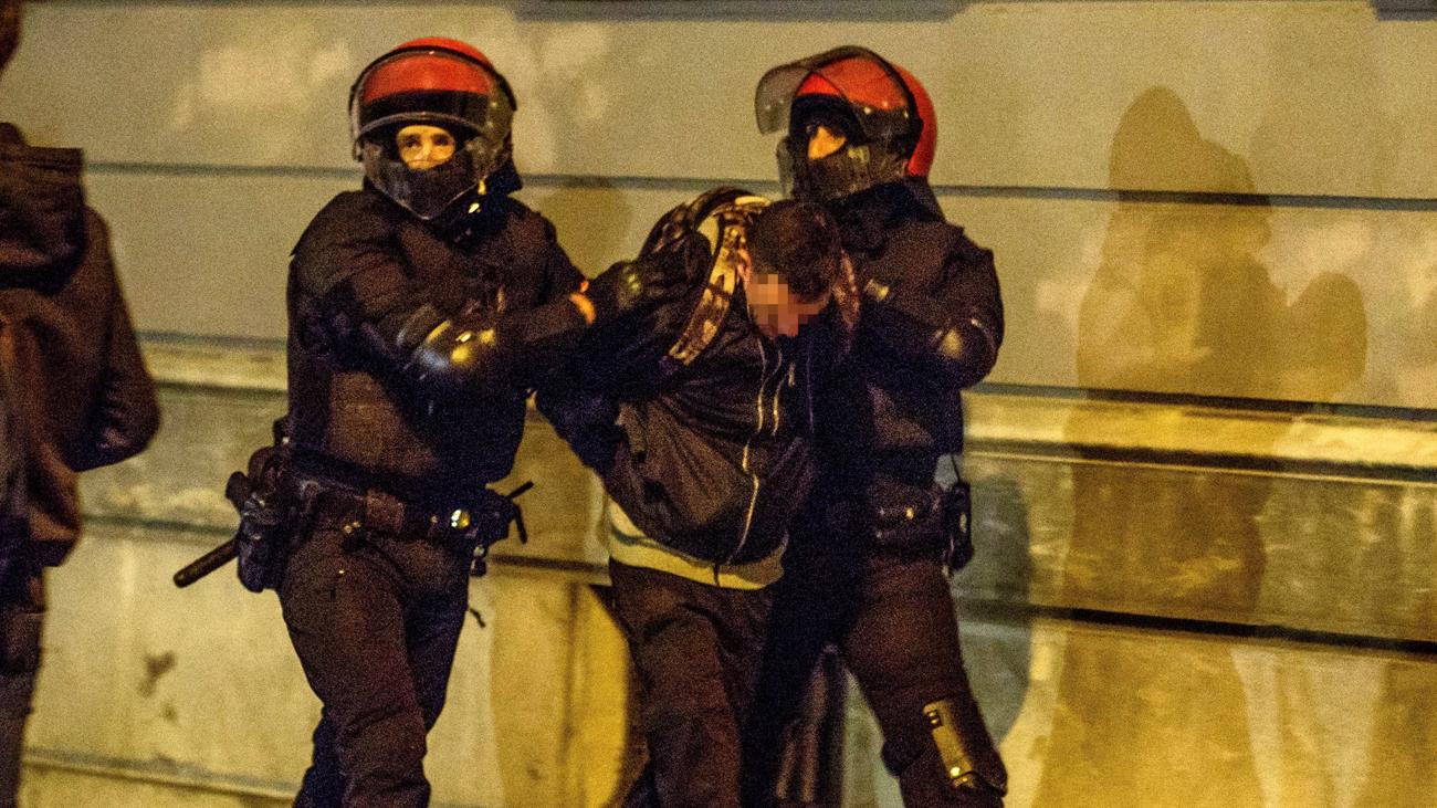 Una decena de detenidos en incidentes en Bilbao en protestas contra un acto de Vox