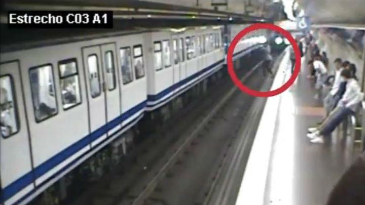Metro de Madrid alerta sobre el uso del móvil con un vídeo sobre la caída a las vías de una usuaria