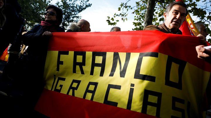Simpatizantes de Franco acuden con pancartas y coronas de flores al Valle de los Caídos y Mingorrubio