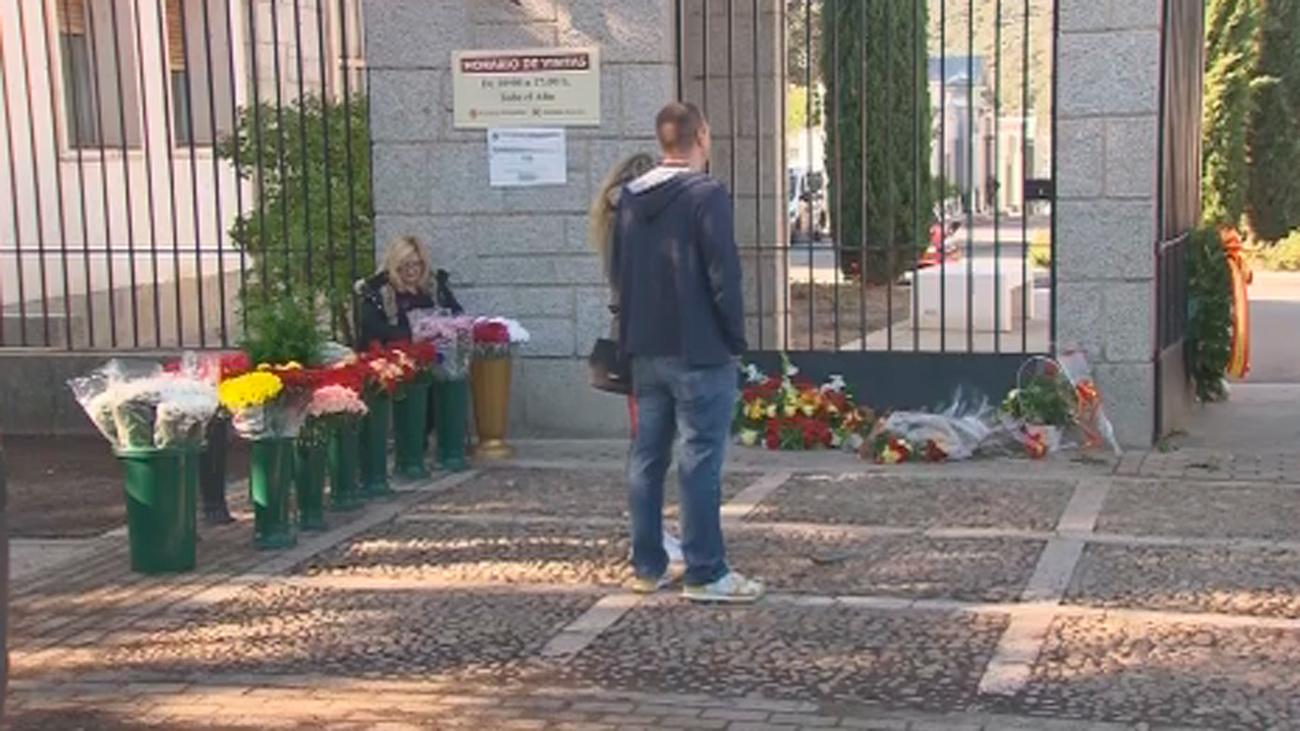 Flores en la tumba de Franco en su primer día en Mingorrubio