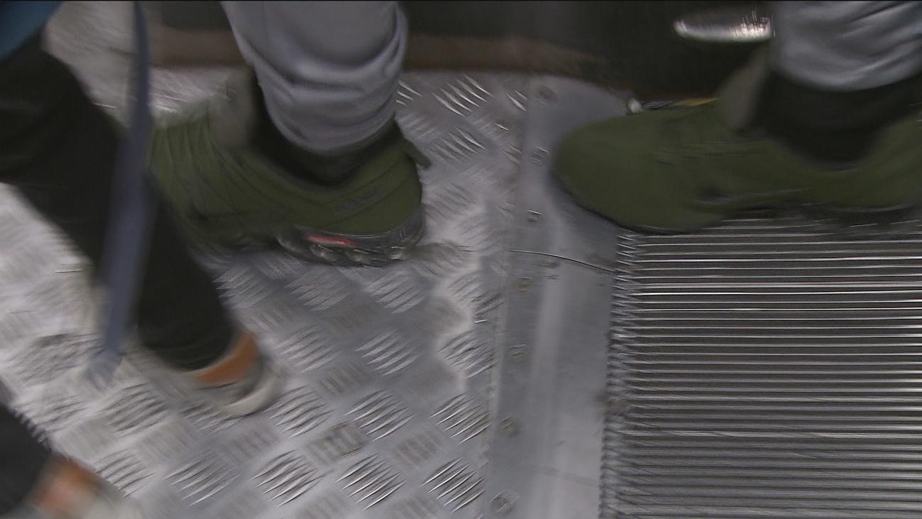 Metro de Madrid pide 'vigilar' los cordones de las zapatillas cuando se usen las escaleras mecánicas
