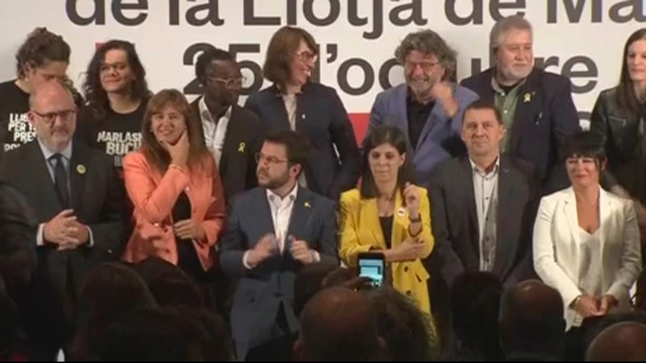 Partidos independentistas firman para negociar la autodeterminación y los Mossos acusan de deslealtad a Torra