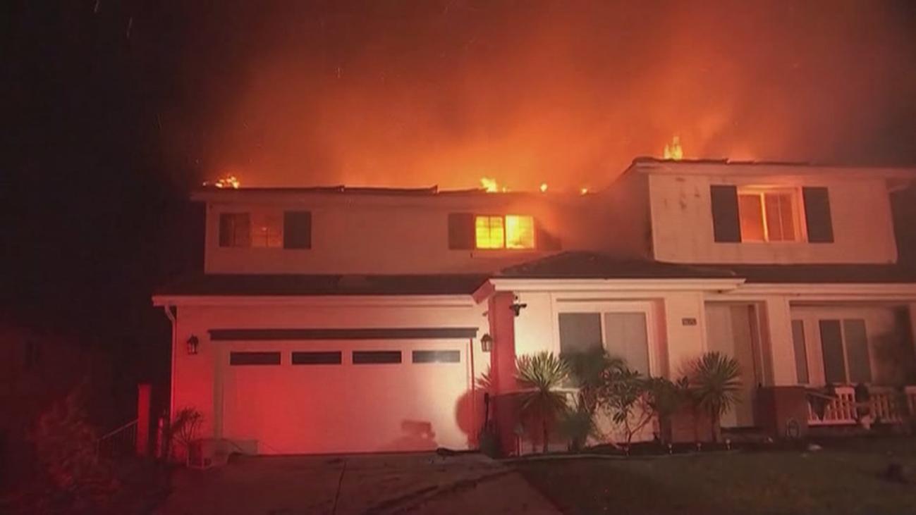 Cerca de 50.000 evacuados en Los Ángeles por el avance de las llamas