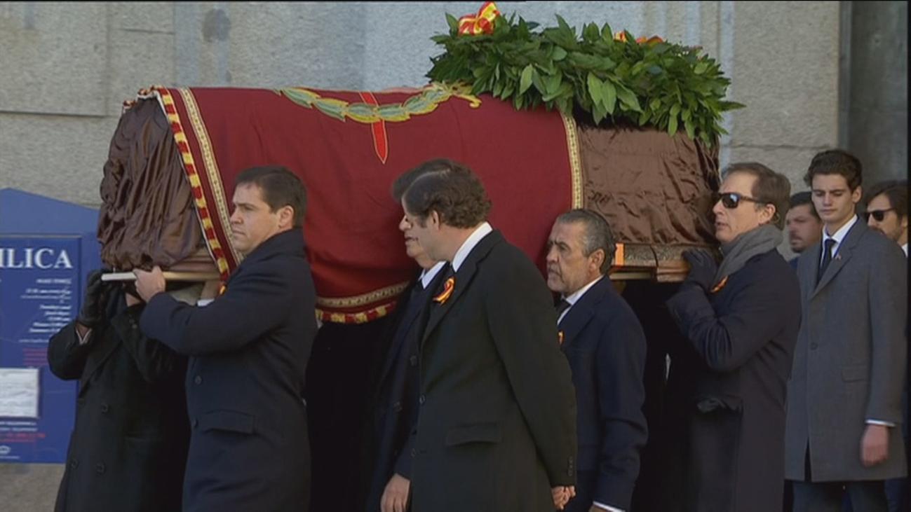 """Las críticas le llueven a Sánchez por la exhumación """"de Estado"""""""