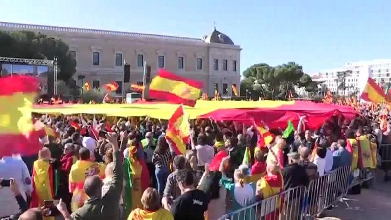 Vox llena con una gran bandera de España la Plaza de Colón de Madrid