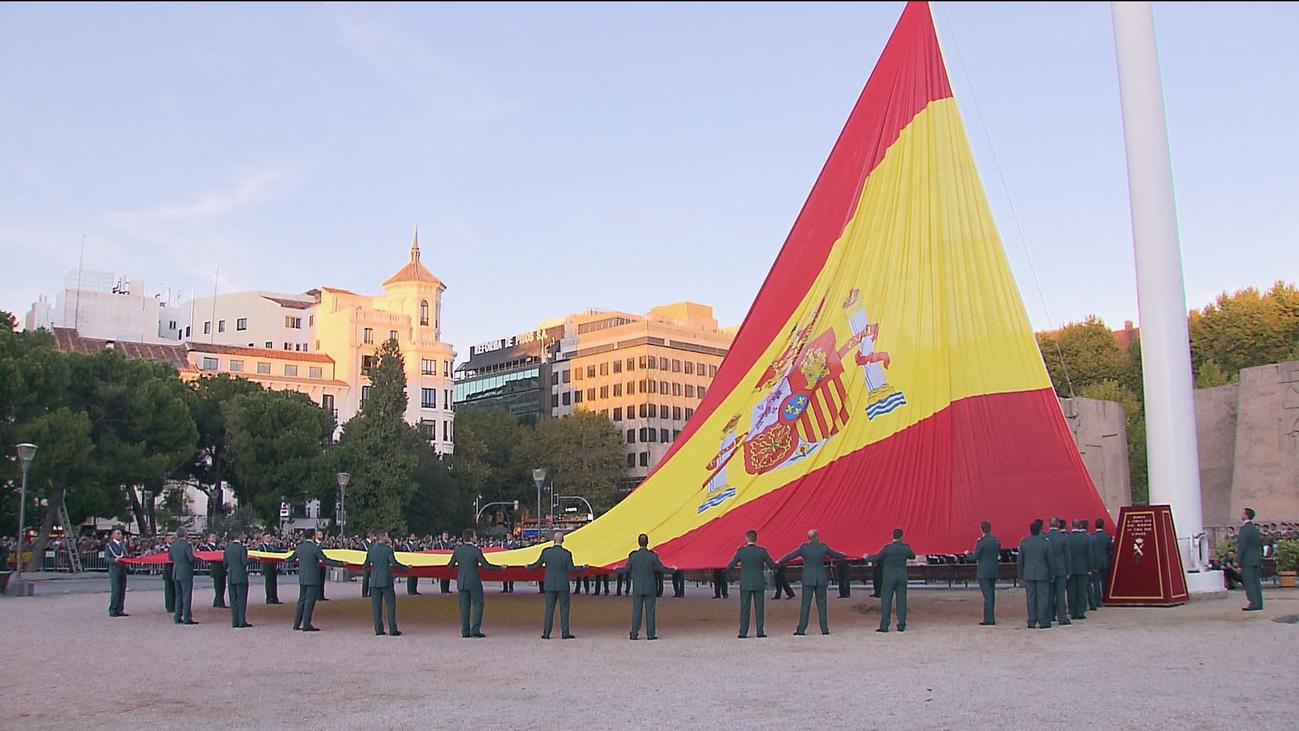 La Guardia Civil arría la bandera española en Colón por su 175 aniversario