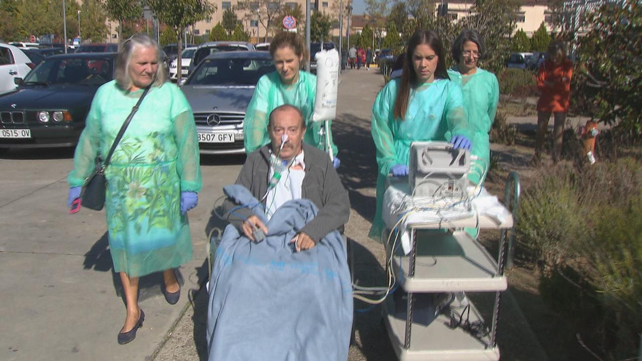 El Hospital de Fuenlabrada apuesta por los paseos para acelerar la recuperación de los pacientes críticos