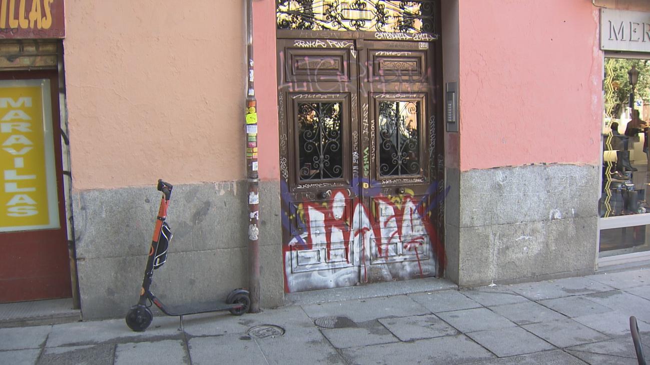 Más de 250 puertas centenarias de Malasaña víctimas del vandalismo