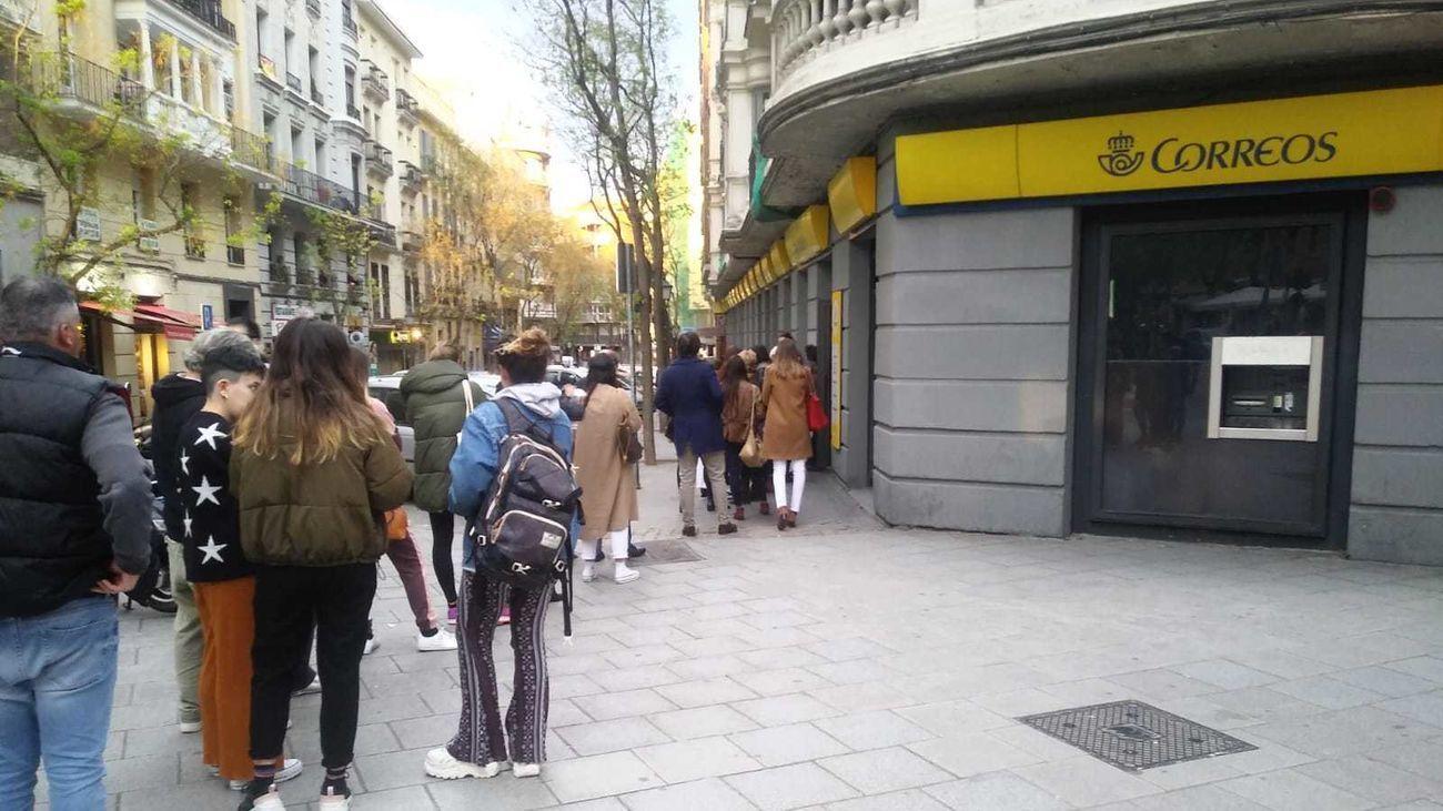 Colas para votar por correo en Madrid