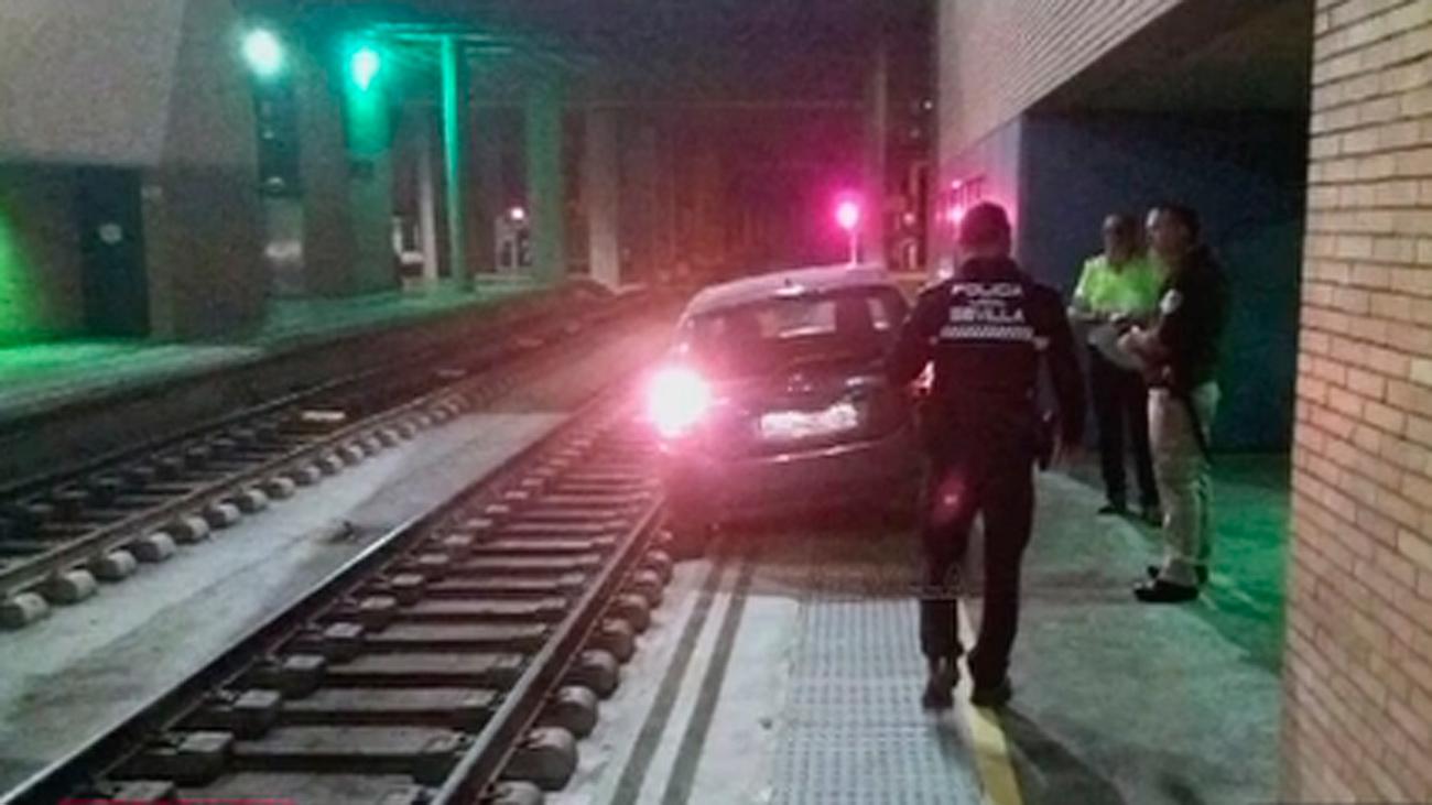 Un anciano se despista y conduce por error su coche por una vía de tren hasta Santa Justa (Sevilla)