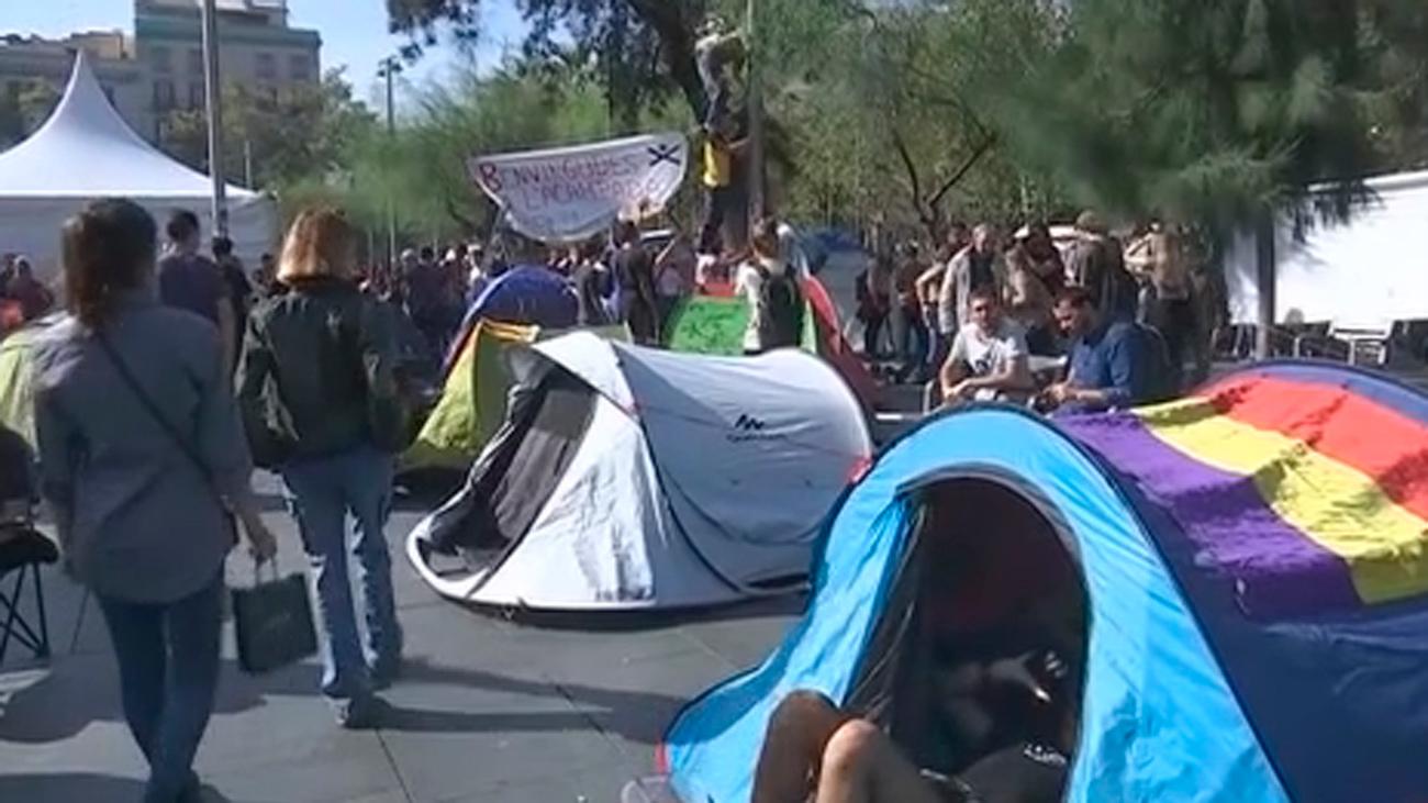 Estudiantes independentistas acampan en una plaza de Barcelona y desafían a los Mossos