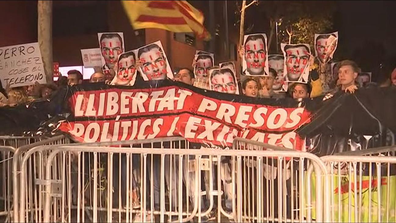 Varios centenares de personas protestan en el mitin de Sánchez en Viladecans