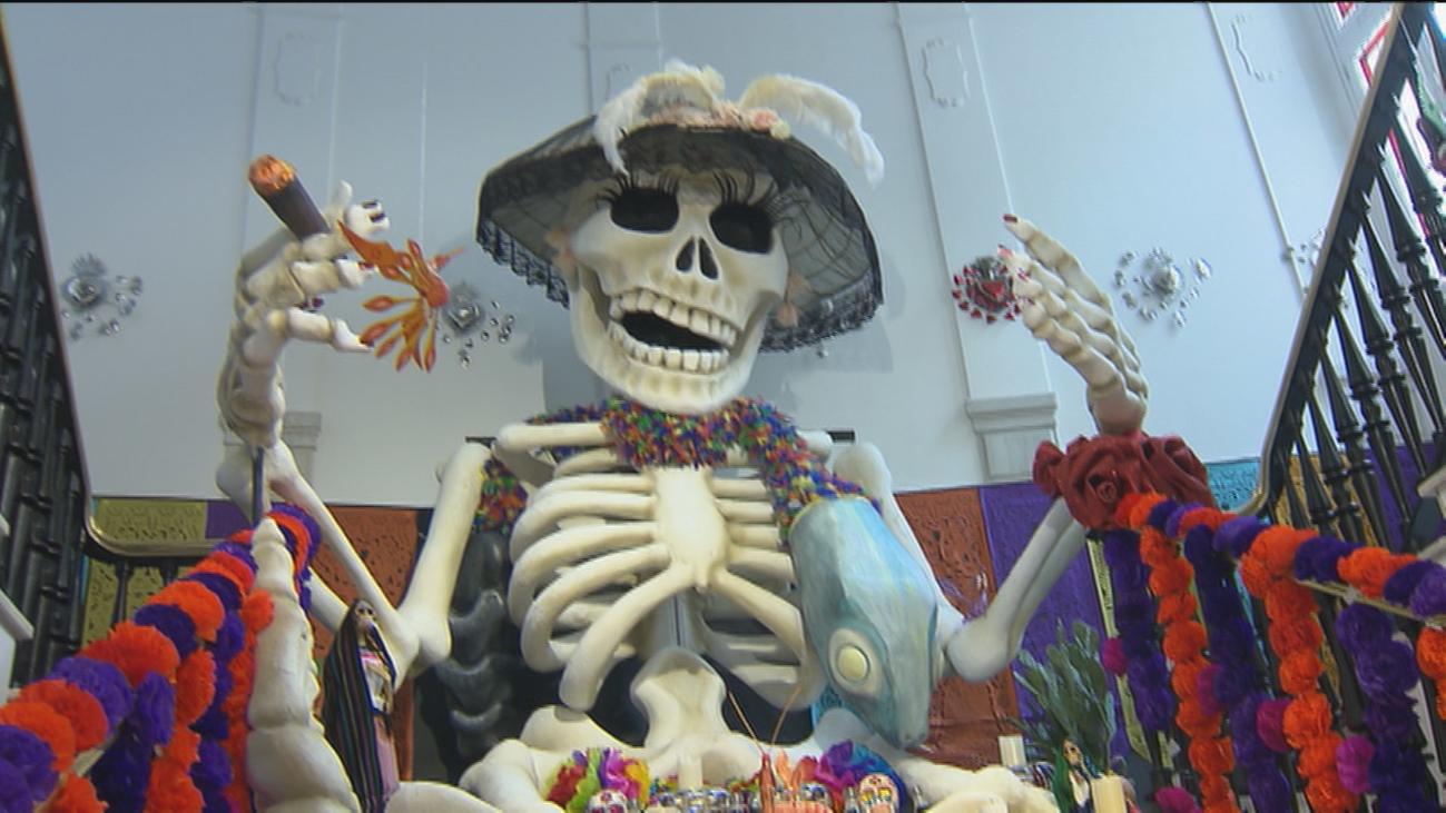 Casa de México celebra el Día de Muertos con una catrina gigante y un 'MEGA altar'