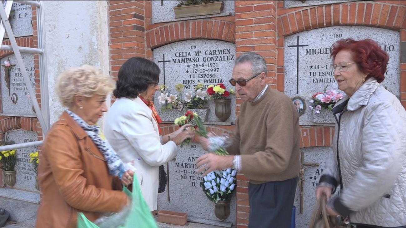 Los cementerios madrileños se llenan de flores