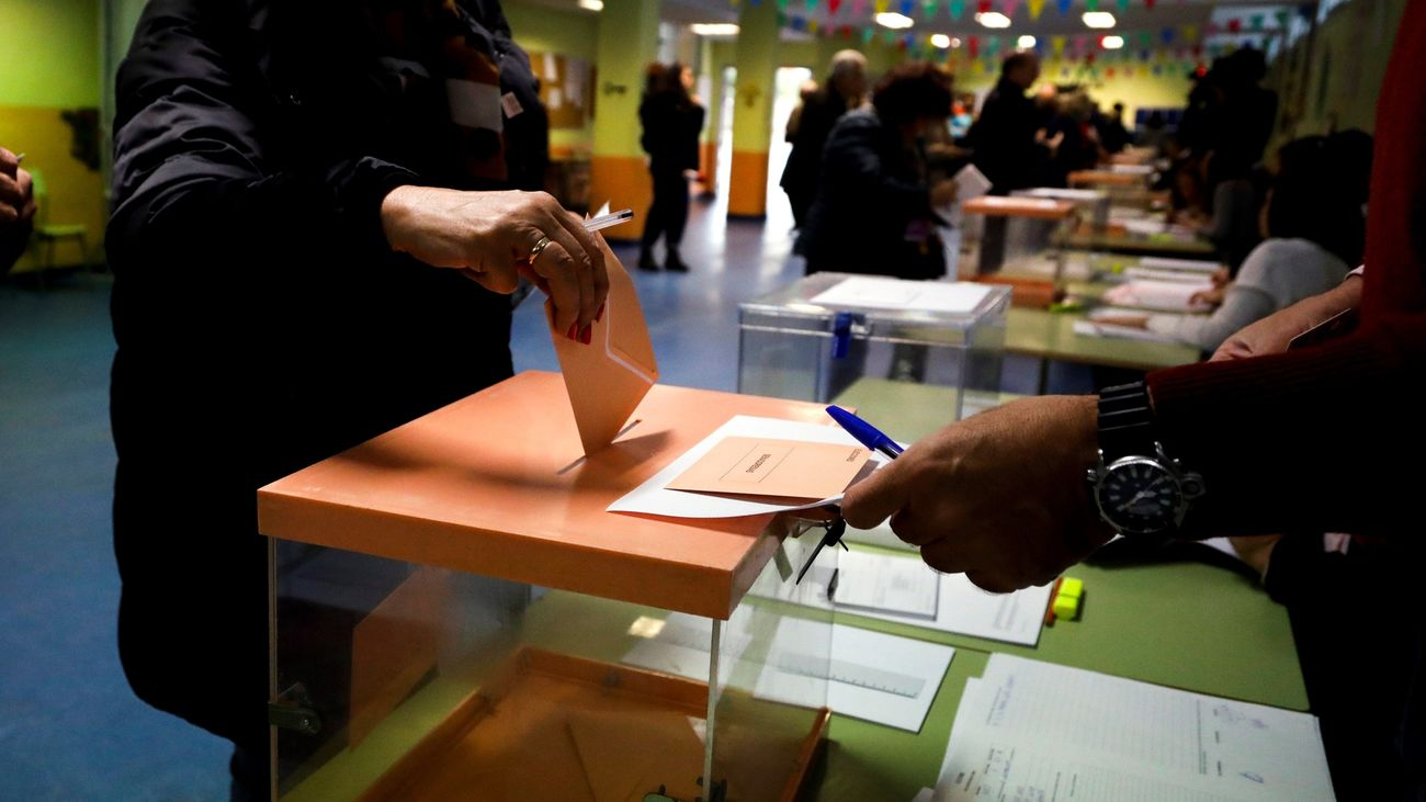 Una votante pasa por las urnas en este 10-N