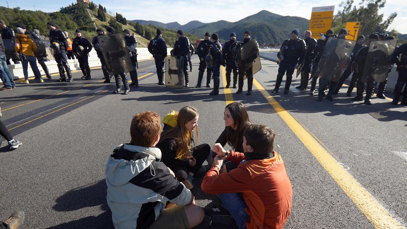 Manifestantes independentistas tratar de bloquear la frontera con Francia