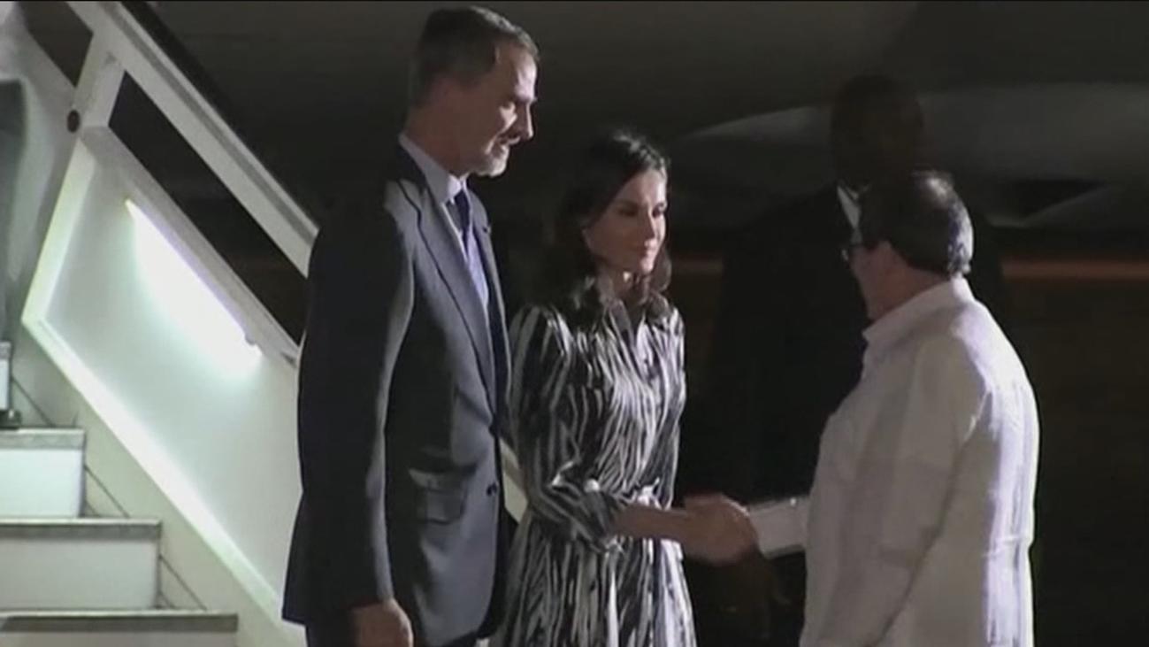 Los reyes, recibidos por el ministro de Exteriores cubano a su llegada a la isla