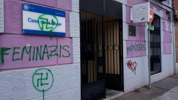 Pintan esvásticas y 'feminazis' en tres centros municipales en Fuenlabrada