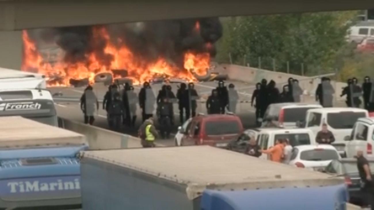 Los Mossos desalojan a los independentistas de la AP-7 que responden lanzando piedras