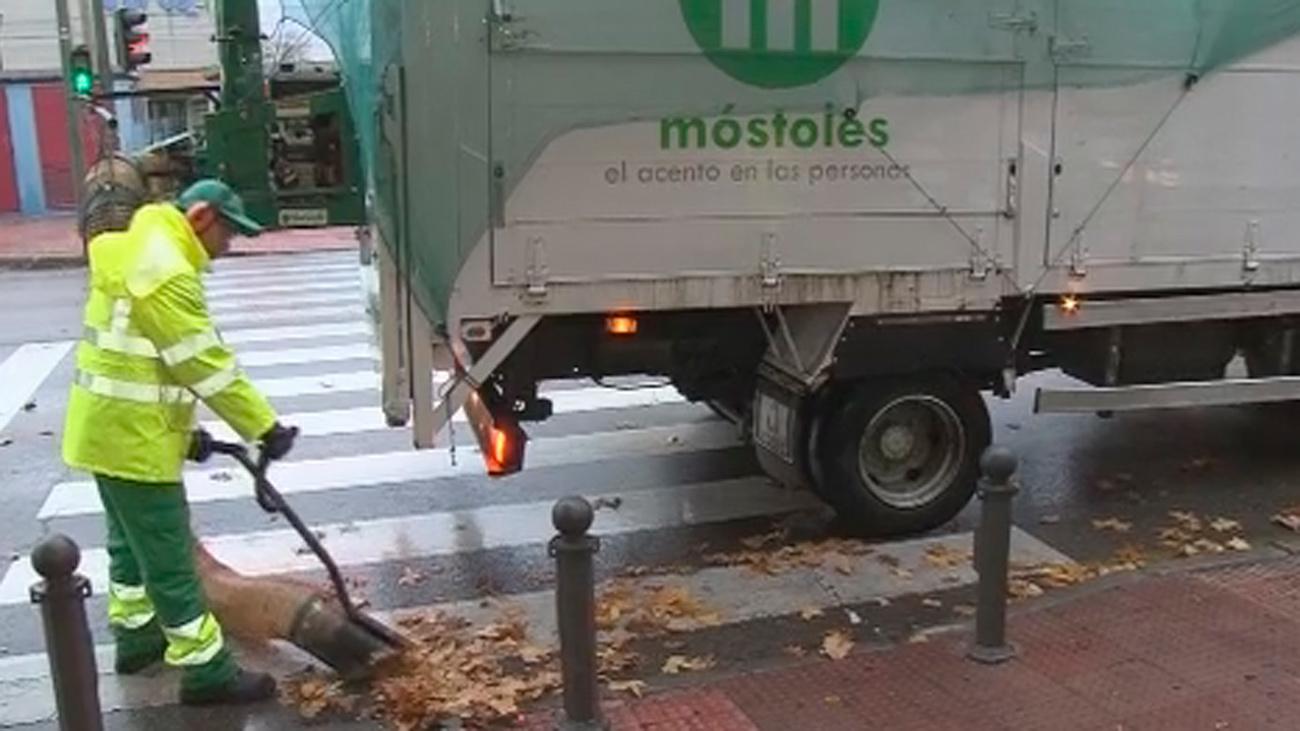 Servicio extraordinario de limpieza para retirar las hojas en las calles de Móstoles