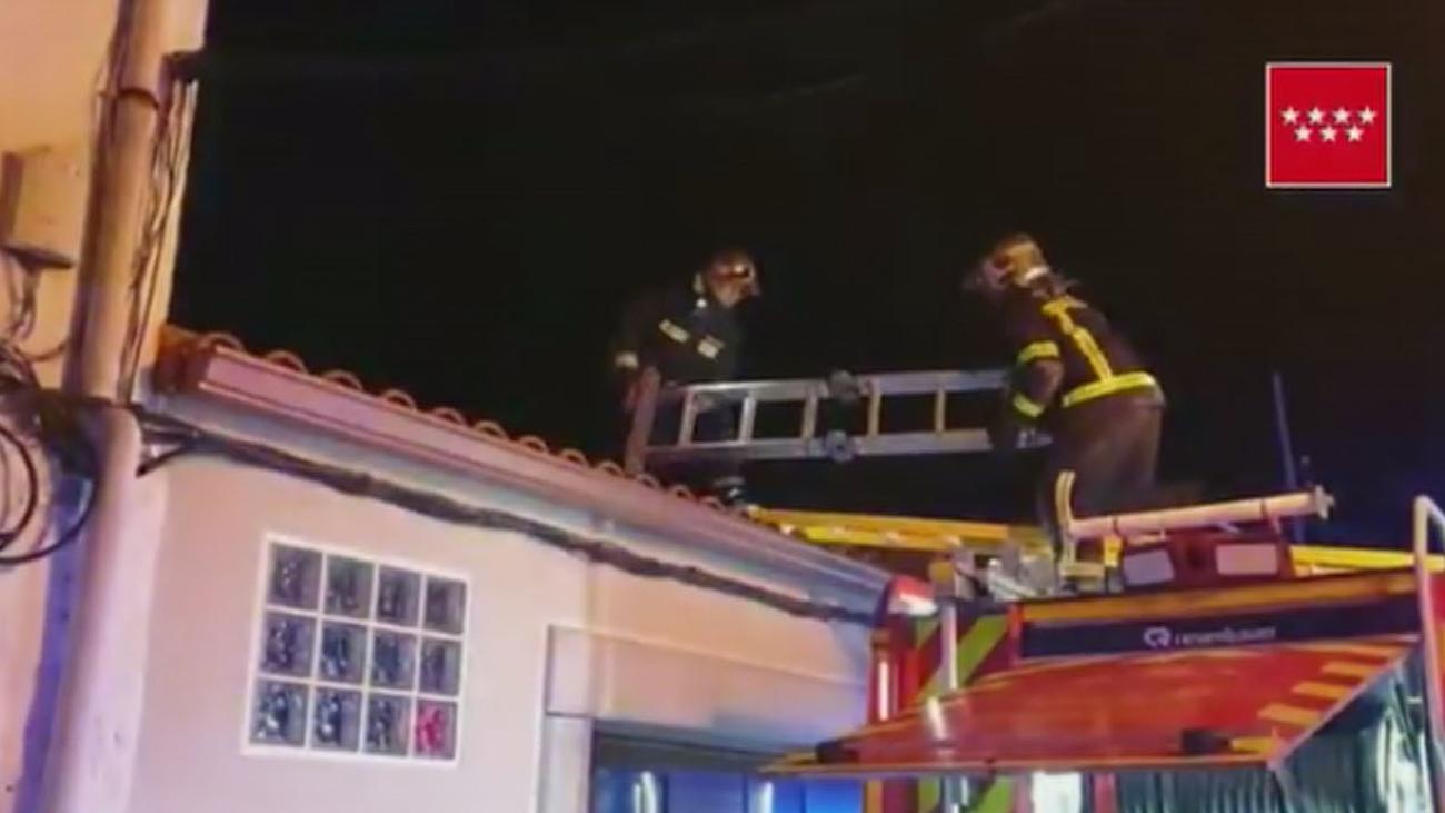 Arde una casa en El Molar tras colapsar la cubierta de madera por un fuego