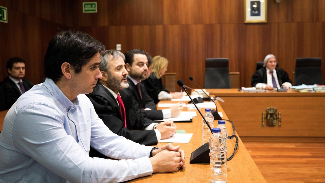 El jurado no cree que Rodrigo Lanza matara a Víctor Laínez por llevar tirantes con la bandera de España