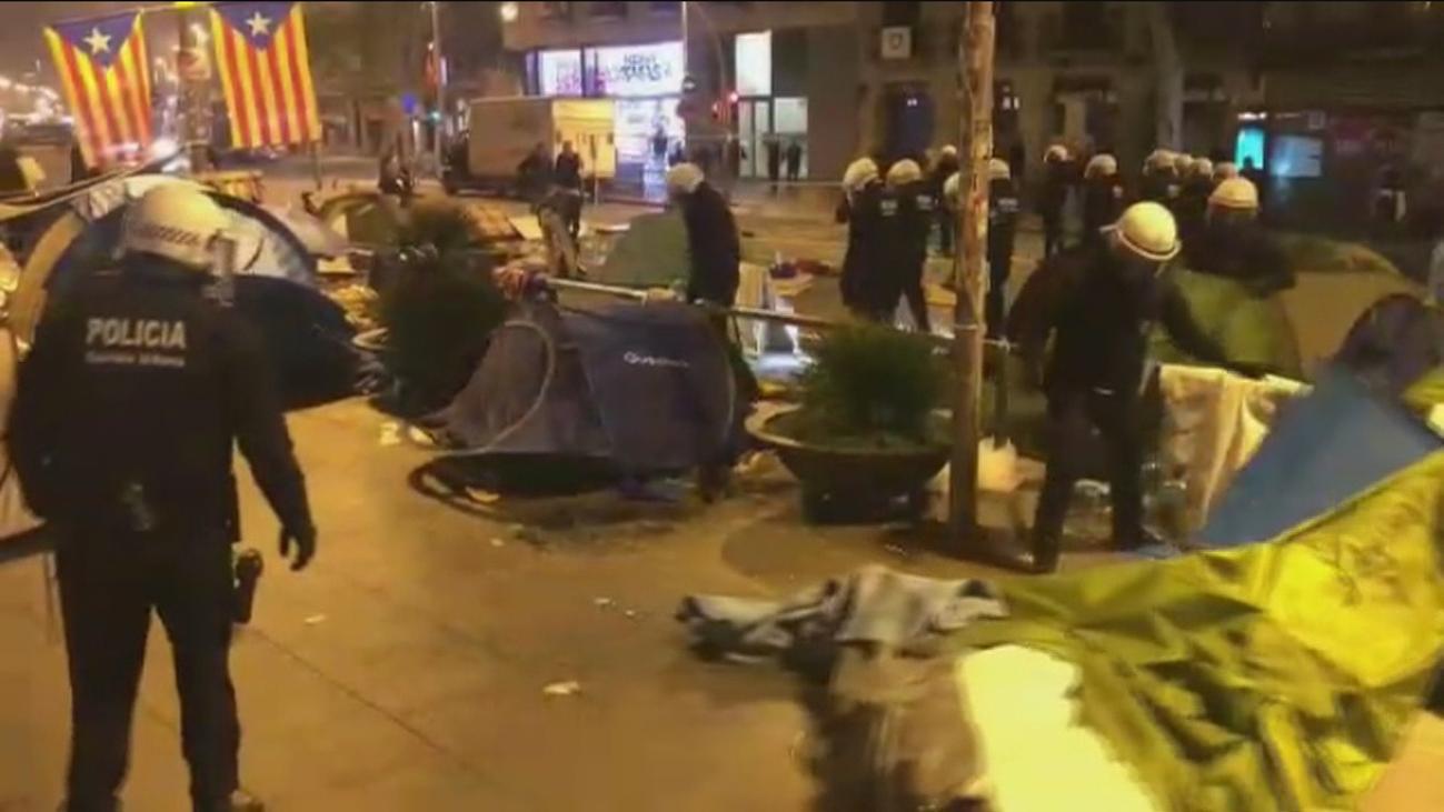 Dos detenidos en el desalojo de la acampada en la plaza Universidad de Barcelona