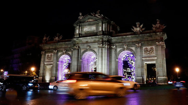 La Puerta de Alcalá iluminada en Navidad